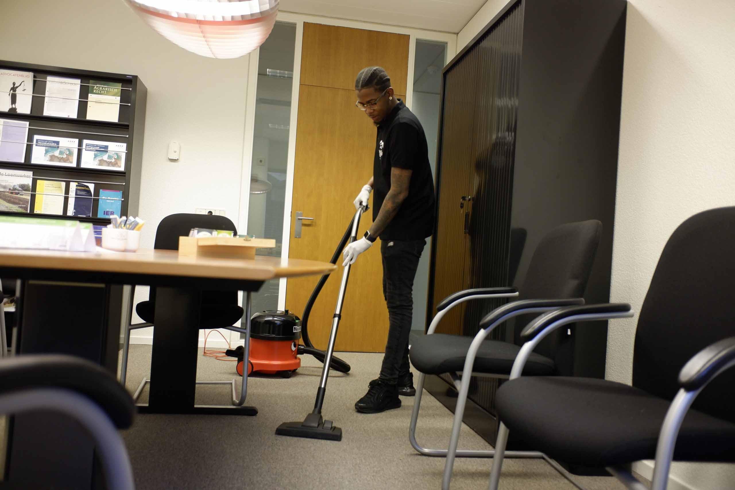 kantoor schoonmaken in de avond